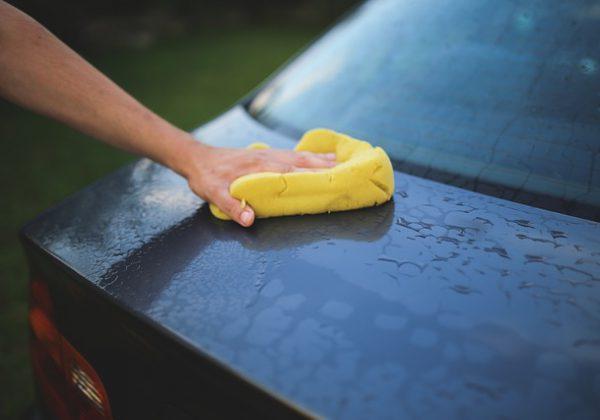 שוכרים רכב? כך תנקו אותו בקלות בעצמכם – בלי להוציא כסף